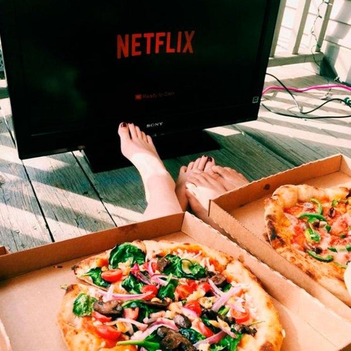 mirando una película con una amiga